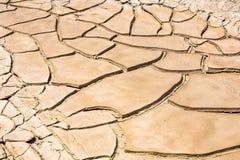 Высушенная и треснутая грязь в близко высушенная вверх по заводи Стоковая Фотография RF