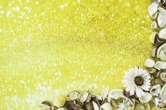 Высушенная конспектом рамка цветка на предпосылке золота Стоковые Фото
