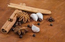 Высушенная специя для варить на коричневой кожаной плите Стоковые Фото