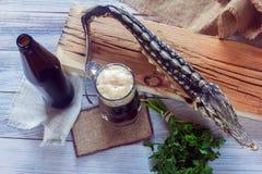 Высушенная стерляжина с темным пивом и зелеными цветами Стоковое Изображение RF