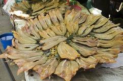 Высушенная сырая рыба или рыба snakehead сохраняют для продажи людей на lo Стоковая Фотография RF