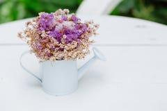 Высушенное украшение цветка в кафе на белой таблице стоковое изображение rf