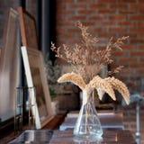 Высушенное украшение цветков в живущей комнате Стоковое фото RF