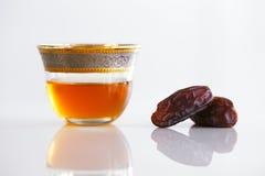 Высушенные даты и арабский чай Стоковая Фотография RF