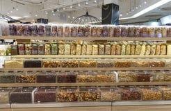 Высушенные гайки на полке на супермаркете стоковая фотография rf
