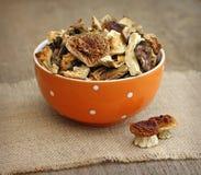 Высушенные грибы в померанцовом шаре на деревянной предпосылке Стоковые Изображения