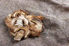высушенные грибы porcini на дерюге Взгляд сверху Стоковая Фотография RF