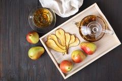 Высушенные груши с чаем на деревянном подносе, взгляд сверху Здоровое breakfa Стоковое Изображение RF