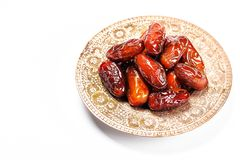 Высушенные даты на традиционном подносе на белой предпосылке kareem ramadan стоковая фотография rf