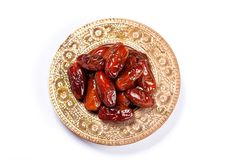 Высушенные даты на традиционном подносе на белой предпосылке kareem ramadan стоковое изображение