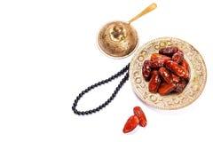 Высушенные даты на традиционном подносе на белой предпосылке kareem ramadan стоковое фото