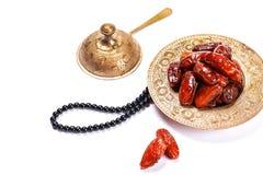 Высушенные даты на традиционном подносе на белой предпосылке kareem ramadan стоковые фото