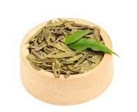 Высушенные листья зеленого чая в деревянном шаре. Стоковое Изображение RF