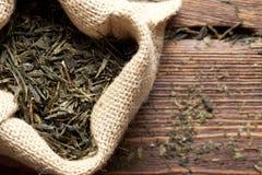 Высушенные листья чая в сумке джута Стоковая Фотография RF