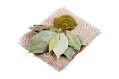 Высушенные и смолотые листья залива стоковые фото