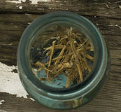 Высушенные корни крапивы в винтажном опарнике стоковая фотография