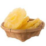 высушенные куски ананаса в корзине, candied isola куска ананаса Стоковая Фотография RF