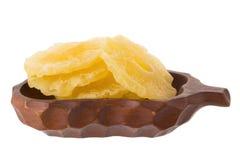 высушенные куски ананаса в корзине, candied isola куска ананаса Стоковое фото RF
