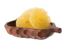 высушенные куски ананаса в корзине, candied isola куска ананаса Стоковые Изображения