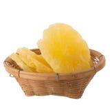 высушенные куски ананаса в корзине, candied isola куска ананаса Стоковые Фото