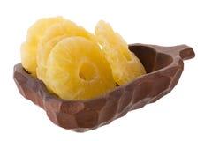 высушенные куски ананаса в корзине, candied isola куска ананаса Стоковое Фото