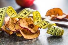 Высушенные куски яблока и измеряя лента Стоковая Фотография