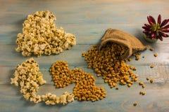 Высушенные мозоль и попкорн на деревянном столе Стоковое Изображение