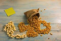 Высушенные мозоль и попкорн на деревянном столе Стоковая Фотография RF