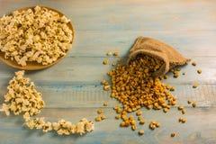 Высушенные мозоль и попкорн на деревянном столе Стоковые Изображения