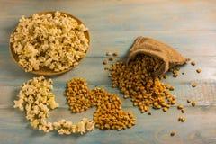 Высушенные мозоль и попкорн на деревянном столе Стоковые Изображения RF