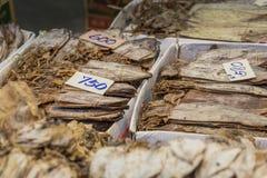 Высушенные морепродукты на продаже в тайском уличном рынке Стоковая Фотография