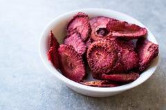 Высушенные обломоки плодоовощ клубники Подготавливайте для еды в шаре Стоковые Изображения RF