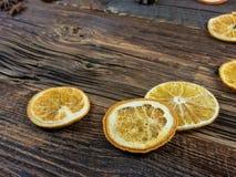Высушенные оранжевые куски и Aniseed звезды на деревянной доске Стоковая Фотография