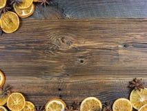 Высушенные оранжевые куски и Aniseed звезды на деревянной доске Стоковое фото RF