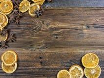 Высушенные оранжевые куски и Aniseed звезды на деревянной доске Стоковое Изображение RF