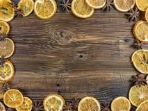 Высушенные оранжевые куски и Aniseed звезды на деревянной доске Стоковые Изображения