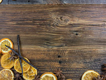 Высушенные оранжевые куски и Aniseed звезды на деревянной доске Стоковое Изображение
