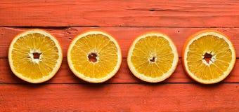 Высушенные оранжевые куски на оранжевой деревянной предпосылке Взгляд сверху Стоковые Фото