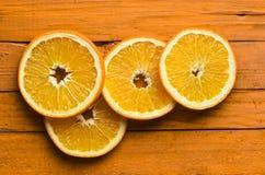 Высушенные оранжевые куски на оранжевой деревянной предпосылке Взгляд сверху Стоковые Изображения