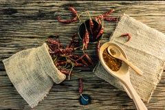 Высушенные перцы chili и chili на старом деревянном столе Стоковое Изображение RF