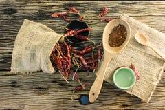 Высушенные перцы chili и chili на старом деревянном столе Стоковая Фотография RF