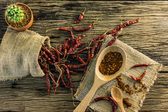 Высушенные перцы chili и chili на старом деревянном столе Стоковое Фото