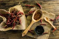 Высушенные перцы chili и chili на старом деревянном столе Стоковые Изображения