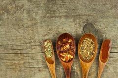 Высушенные перцы chili на деревянной ложке Продажа специй Рекламировать для продажи Различные виды горячих перцев Стоковые Изображения