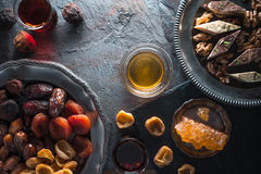 Высушенные плодоовощи, гайки на плите и чай на сером открытом космосе шифера Стоковые Фото