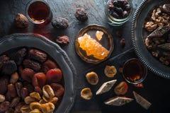Высушенные плодоовощи, гайки на плите и чай на сером сланце Стоковые Фото