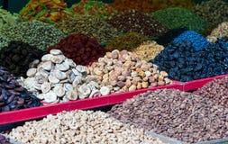 Высушенные плодоовощи на счетчике на базаре стоковое изображение