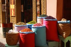 Высушенные плоды в красочных сумках на базаре в Marrakech, Марокко стоковые фотографии rf