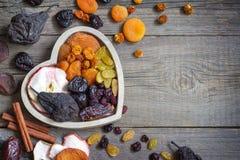 Высушенные плоды на деревянной доске в концепции еды сердца стоковое изображение