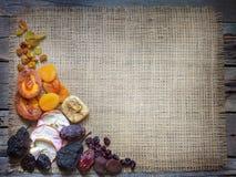 Высушенные плоды на предпосылке джута пустой с открытым космосом стоковые фотографии rf